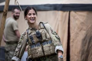 Danica Curcic som løytnant Adella Hanefi.