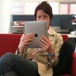 Foto af Tablet og smartphone bruges mere og mere, mens der ses tv